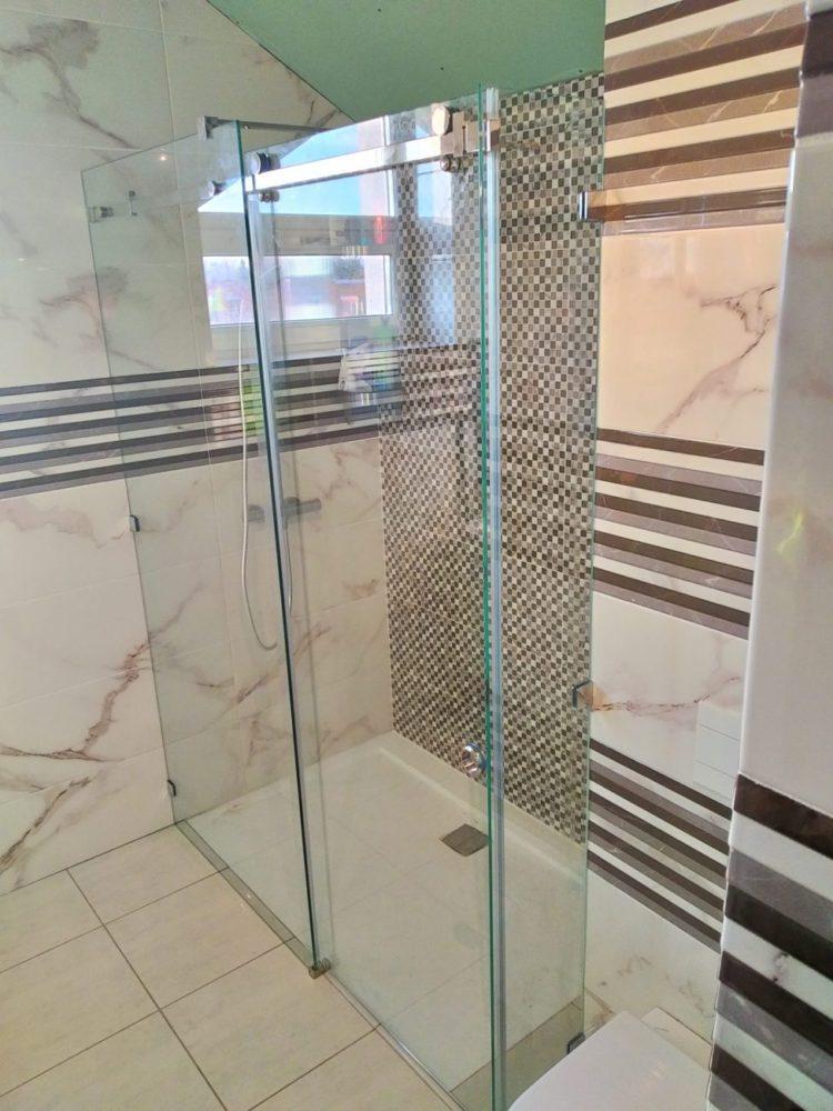 выбор стеклянных душевых кабин